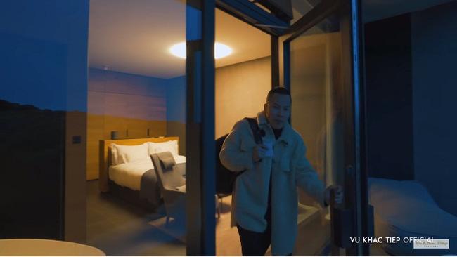 """Vũ Khắc Tiệp trả tiền 40 triệu/đêm vẫn bị nhân viên khách sạn Iceland """"phũ"""" đến mức phải đổi chỗ ở, đồng thời đáp trả cứng khi có người chửi khoe khoang - ảnh 4"""