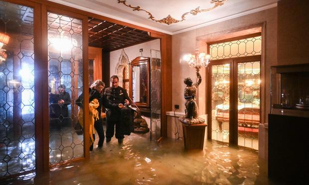 Nghiệp quật tức thì: Vừa từ chối các biện pháp phòng chống biến đổi khí hậu thì cả phòng họp chìm trong nước - Ảnh 8.