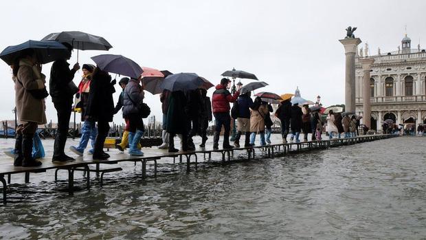 Nghiệp quật tức thì: Vừa từ chối các biện pháp phòng chống biến đổi khí hậu thì cả phòng họp chìm trong nước - Ảnh 9.
