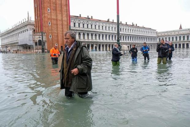Nghiệp quật tức thì: Vừa từ chối các biện pháp phòng chống biến đổi khí hậu thì cả phòng họp chìm trong nước - Ảnh 10.