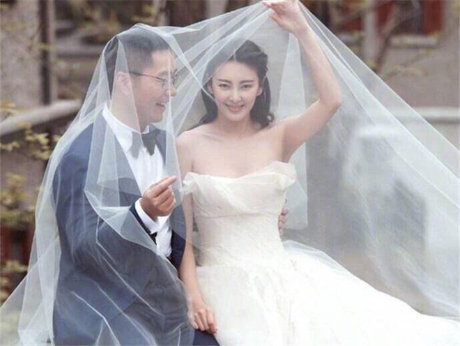 """Mỹ nhân """"phản bội"""" Châu Tinh Trì: 2 cuộc hôn nhân tai tiếng, gương mặt biến dạng vì thẩm mỹ - Ảnh 6."""