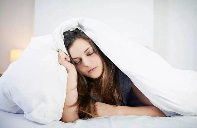 Đừng thức dậy vào buổi sáng theo cách này vì nó có thể gây tổn thương cho cơ thể nhiều hơn khi bạn thức khuya - Ảnh 1.