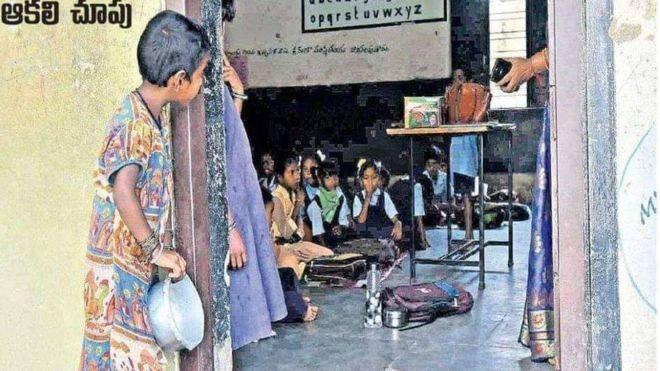 Bé gái cầm bát cơm nhìn lén vào lớp được nhận học nhưng phản ứng của bố mẹ lại gây bất ngờ - Ảnh 1.