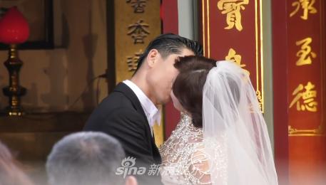 Lâm Chí Linh khóa môi ông xã kém tuổi trong ngày cưới, hạnh phúc khi chính thức bước vào cuộc sống hôn nhân - ảnh 2