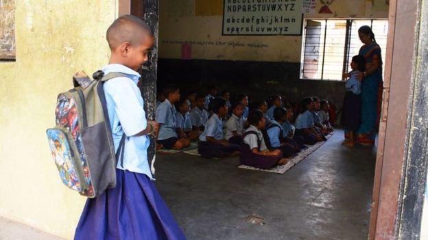 Bé gái cầm bát cơm nhìn lén vào lớp được nhận học nhưng phản ứng của bố mẹ lại gây bất ngờ - Ảnh 3.