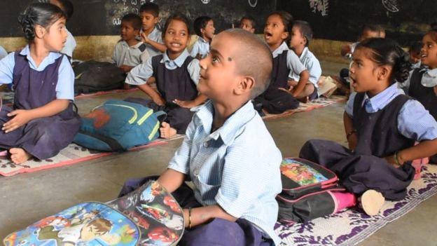 Bé gái cầm bát cơm nhìn lén vào lớp được nhận học nhưng phản ứng của bố mẹ lại gây bất ngờ - Ảnh 4.