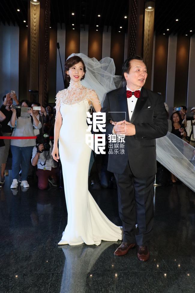 Lâm Chí Linh khóa môi ông xã kém tuổi trong ngày cưới, hạnh phúc khi chính thức bước vào cuộc sống hôn nhân - ảnh 5