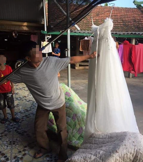 Xôn xao hình ảnh ông bố xách váy cưới đi khoe cả làng vì cuối cùng con gái cũng thoát ế - Ảnh 1.