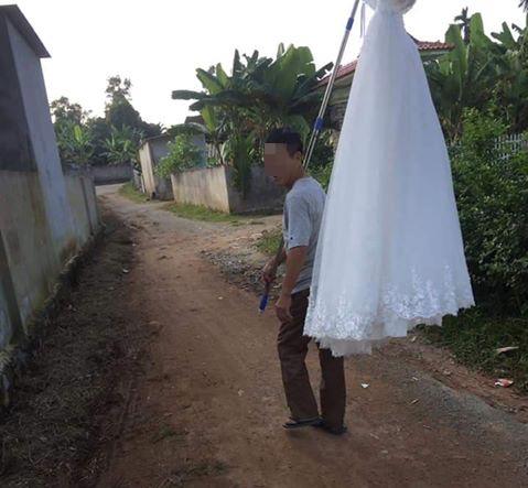 Xôn xao hình ảnh ông bố xách váy cưới đi khoe cả làng vì cuối cùng con gái cũng thoát ế - Ảnh 2.