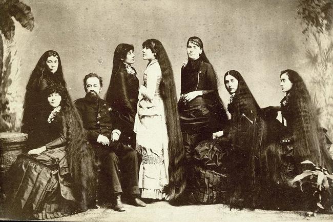 Bi kịch của 7 chị em tạo nên xu hướng tóc dài ở Mỹ và làm ra khối tài sản khủng nhờ mái tóc hôi thối từng bị mọi người xa lánh - Ảnh 1.