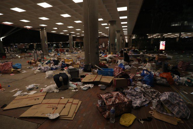 Chiến trường ĐH Bách Khoa Hong Kong: Hơn 400 người biểu tình đã bị bắt giữ kể từ tối 17/11 - Ảnh 2.