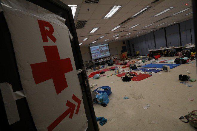 Chiến trường ĐH Bách Khoa Hong Kong: Hơn 400 người biểu tình đã bị bắt giữ kể từ tối 17/11 - Ảnh 3.