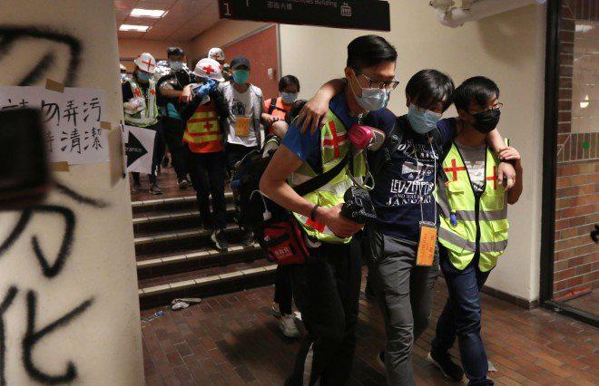 Chiến trường ĐH Bách Khoa Hong Kong: Hơn 400 người biểu tình đã bị bắt giữ kể từ tối 17/11 - Ảnh 5.