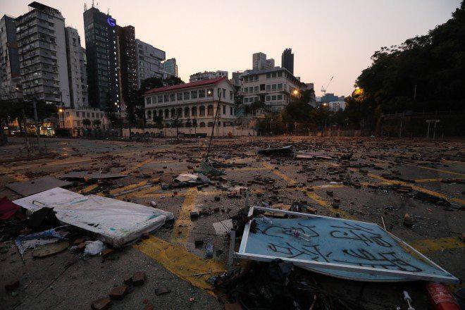 Chiến trường ĐH Bách Khoa Hong Kong: Hơn 400 người biểu tình đã bị bắt giữ kể từ tối 17/11 - Ảnh 6.
