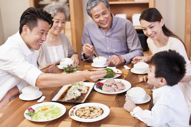Ít ai biết, nhóm người sống thọ thường có 7 hành động trong bữa ăn - Ảnh 3.
