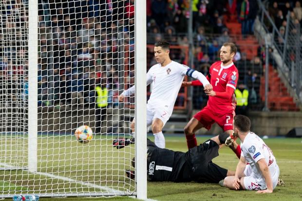 Ronaldo ghi bàn thắng dễ bậc nhất trong sự nghiệp, Bồ Đào Nha chính thức có vé đến thẳng Euro 2020 - Ảnh 6.