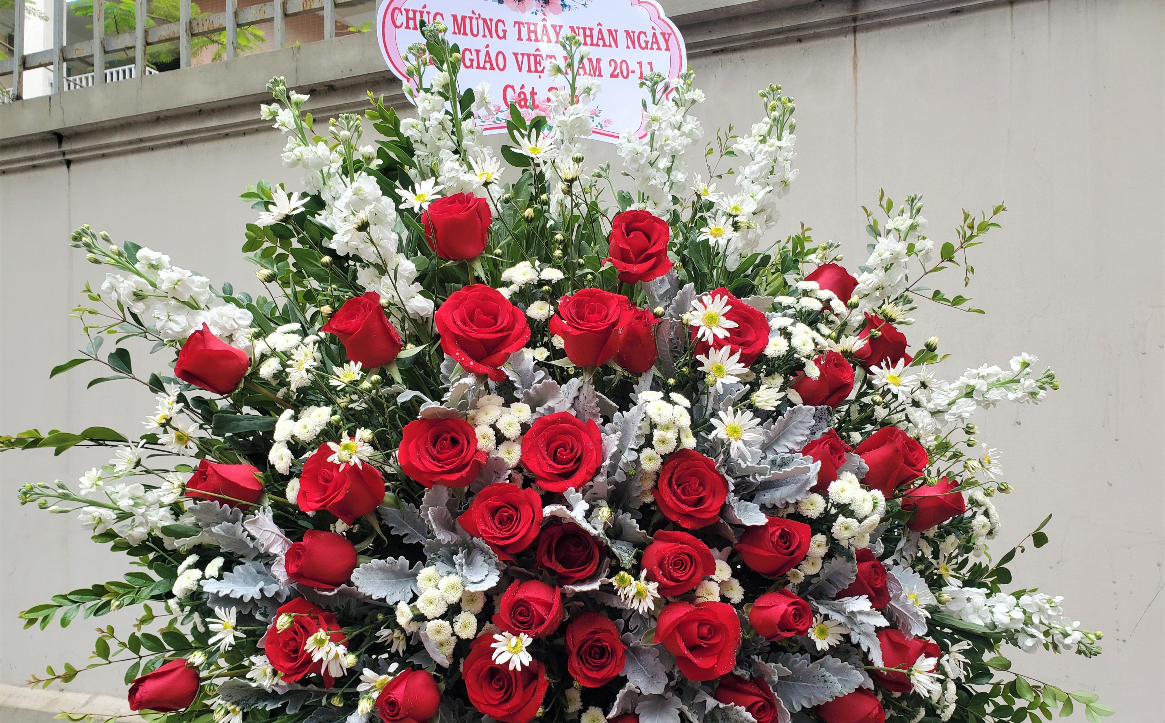"""Quà tặng 20/11: Tranh ân sư mạ vàng 3 triệu đồng gây """"sốt"""", hoa ngoại đắt đỏ vẫn """"sính"""""""