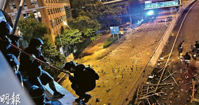 Báo Hong Kong: Cạn kiệt lương thực, hơn 70 người biểu tình xếp hàng trình diện bên ngoài ĐH Bách Khoa - Ảnh 2.