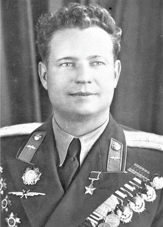 Phi công duy nhất trong lịch sử được cả Hitler và Stalin trọng thưởng - Ảnh 2.