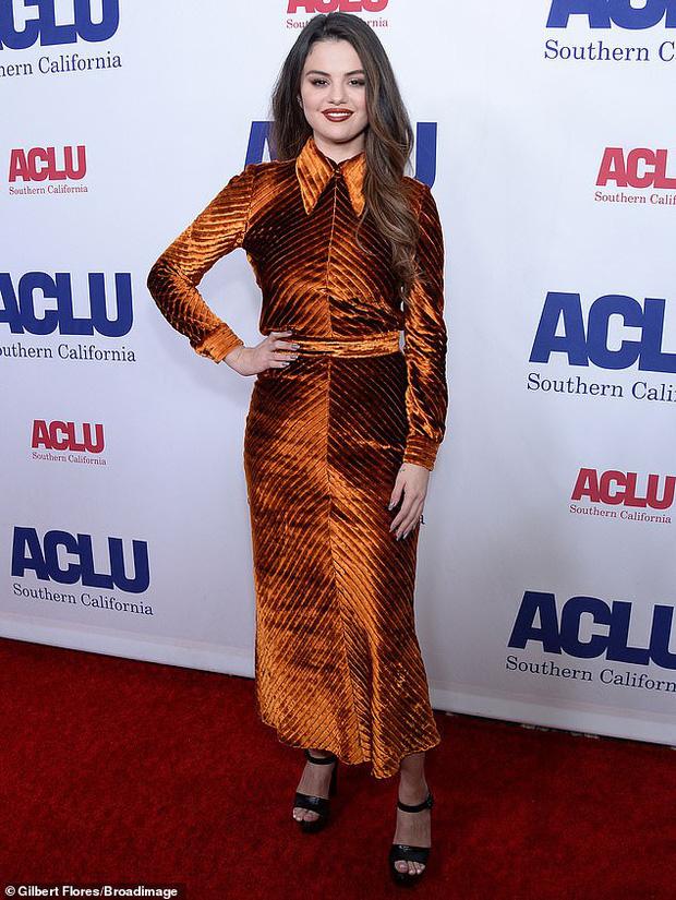 Selena Gomez gây hốt hoảng vì gương mặt già nua, thân hình sồ sề ngoài đời thật sau loạt ảnh như nữ thần trên mạng - Ảnh 1.