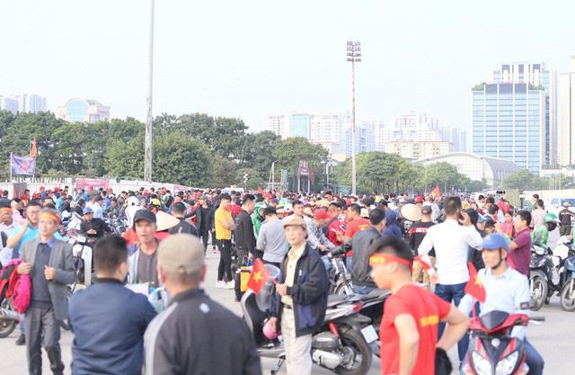 Quảng trường SVĐ Mỹ Đình đông kín CĐV dù hơn 4 tiếng nữa trận đấu Việt Nam - Thái Lan mới diễn ra  - Ảnh 1.