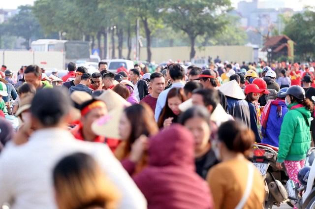 Quảng trường SVĐ Mỹ Đình đông kín CĐV dù hơn 4 tiếng nữa trận đấu Việt Nam - Thái Lan mới diễn ra  - Ảnh 2.