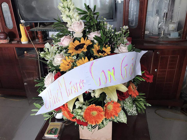 Thương con gái làm giáo viên dạy vùng sâu vùng xa, ông bố gửi hoa chúc mừng 20/11 kèm dòng chữ tự viết đầy xúc động - Ảnh 1.