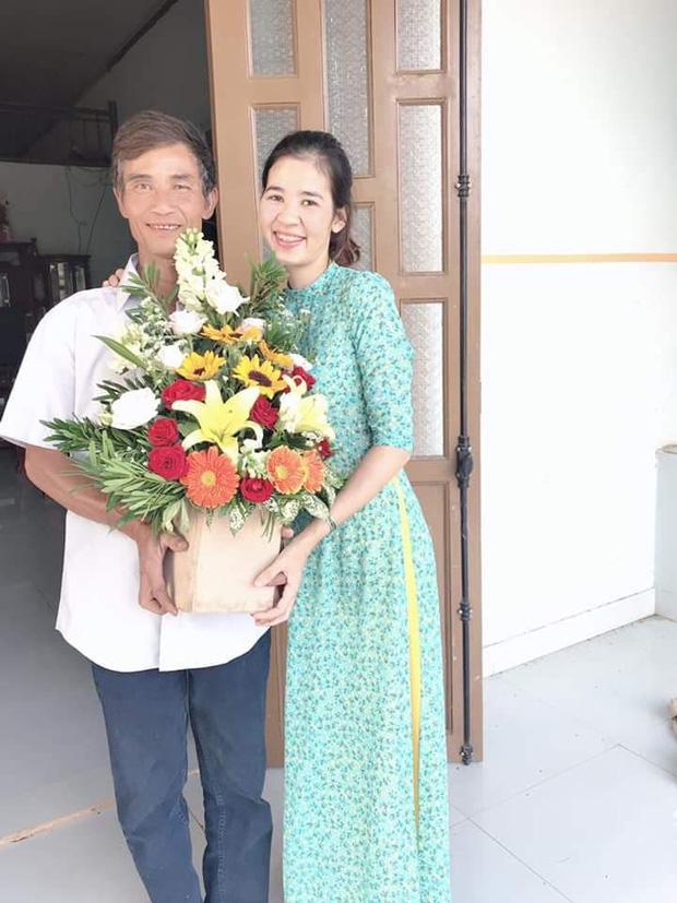 Thương con gái làm giáo viên dạy vùng sâu vùng xa, ông bố gửi hoa chúc mừng 20/11 kèm dòng chữ tự viết đầy xúc động - Ảnh 2.