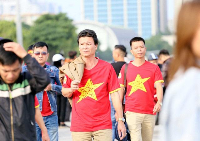 Quảng trường SVĐ Mỹ Đình đông kín CĐV dù hơn 4 tiếng nữa trận đấu Việt Nam - Thái Lan mới diễn ra  - Ảnh 11.