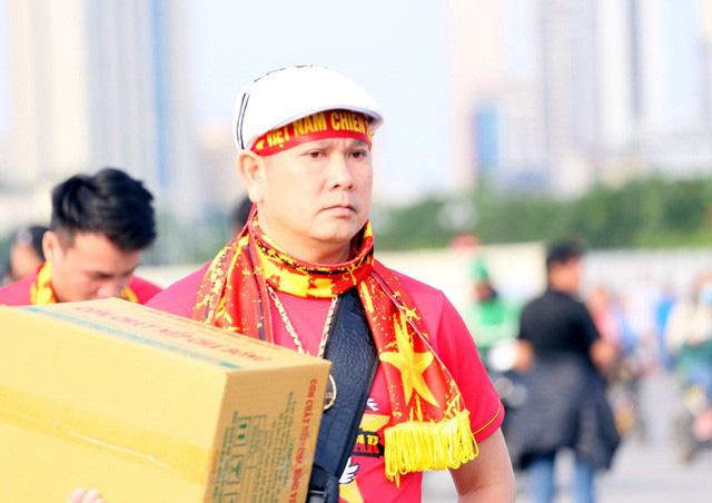 Quảng trường SVĐ Mỹ Đình đông kín CĐV dù hơn 4 tiếng nữa trận đấu Việt Nam - Thái Lan mới diễn ra  - Ảnh 12.