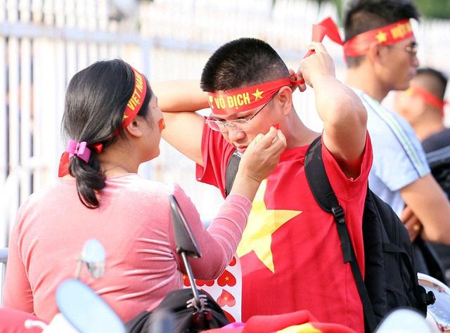 Quảng trường SVĐ Mỹ Đình đông kín CĐV dù hơn 4 tiếng nữa trận đấu Việt Nam - Thái Lan mới diễn ra  - Ảnh 13.