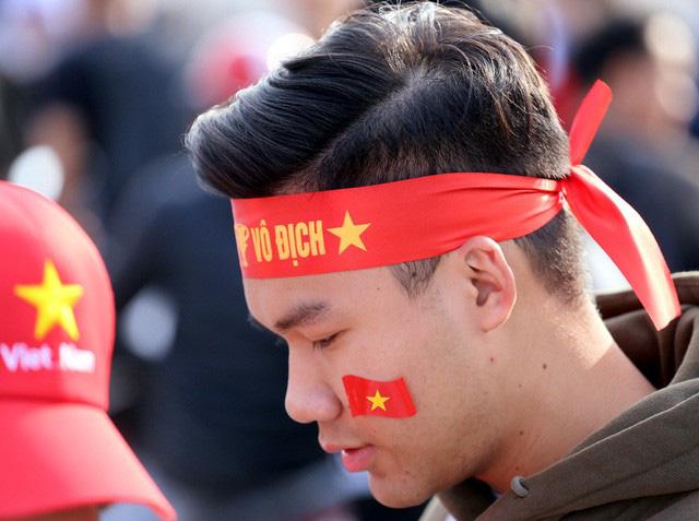 Quảng trường SVĐ Mỹ Đình đông kín CĐV dù hơn 4 tiếng nữa trận đấu Việt Nam - Thái Lan mới diễn ra  - Ảnh 14.