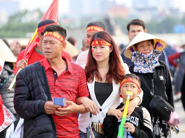Quảng trường SVĐ Mỹ Đình đông kín CĐV dù hơn 4 tiếng nữa trận đấu Việt Nam - Thái Lan mới diễn ra  - Ảnh 3.