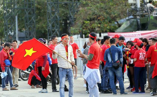 Quảng trường SVĐ Mỹ Đình đông kín CĐV dù hơn 4 tiếng nữa trận đấu Việt Nam - Thái Lan mới diễn ra  - Ảnh 8.