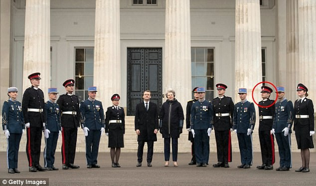 Thông tin đặc biệt về con trai Mr Bean: Là trung uý trong quân đội Anh, ngoại hình giống hệt bố - Ảnh 5.