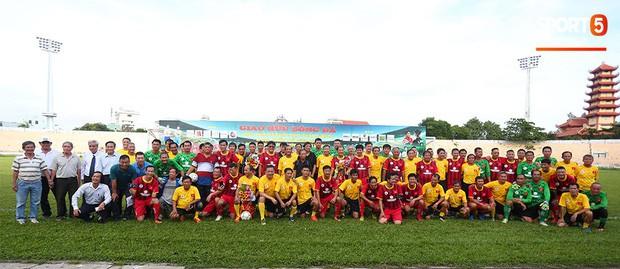 Ngắm Hồng Sơn, Huỳnh Đức biểu diễn, sống lại những ký ức đẹp cùng thế hệ vàng bóng đá Việt Nam - Ảnh 1.