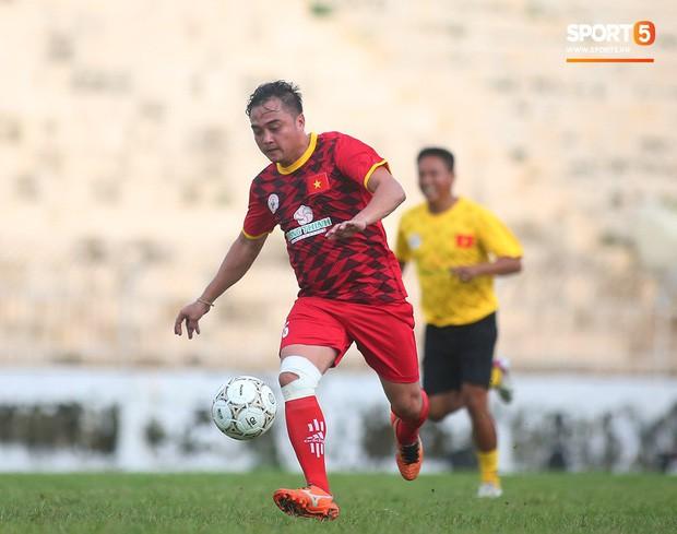 Ngắm Hồng Sơn, Huỳnh Đức biểu diễn, sống lại những ký ức đẹp cùng thế hệ vàng bóng đá Việt Nam - Ảnh 11.