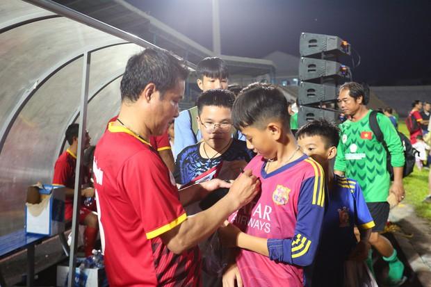 Ngắm Hồng Sơn, Huỳnh Đức biểu diễn, sống lại những ký ức đẹp cùng thế hệ vàng bóng đá Việt Nam - Ảnh 16.