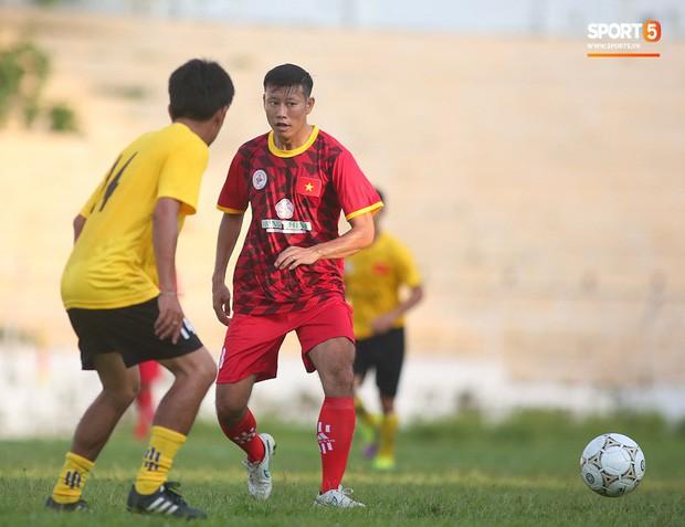Ngắm Hồng Sơn, Huỳnh Đức biểu diễn, sống lại những ký ức đẹp cùng thế hệ vàng bóng đá Việt Nam - Ảnh 9.