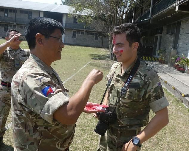 Thông tin đặc biệt về con trai Mr Bean: Là trung uý trong quân đội Anh, ngoại hình giống hệt bố - Ảnh 3.