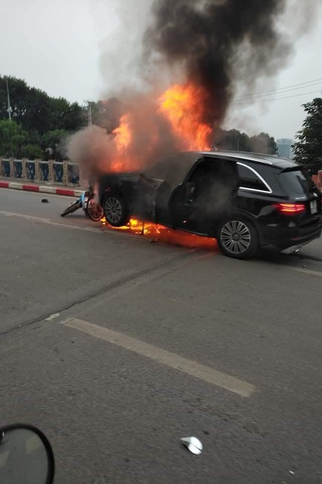 Hiện trường vụ xe sang Mercedes GLC 250 đâm xe máy khiến 1 người nguy kịch rồi bốc cháy dữ dội - Ảnh 1.