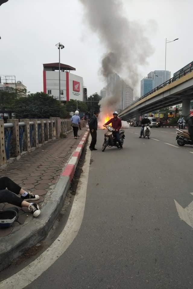 Hiện trường vụ xe sang Mercedes GLC 250 đâm xe máy khiến 1 người nguy kịch rồi bốc cháy dữ dội - Ảnh 2.
