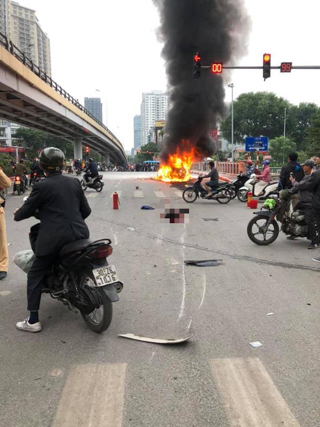 Hiện trường vụ xe sang Mercedes GLC 250 đâm xe máy khiến 1 người nguy kịch rồi bốc cháy dữ dội - Ảnh 4.