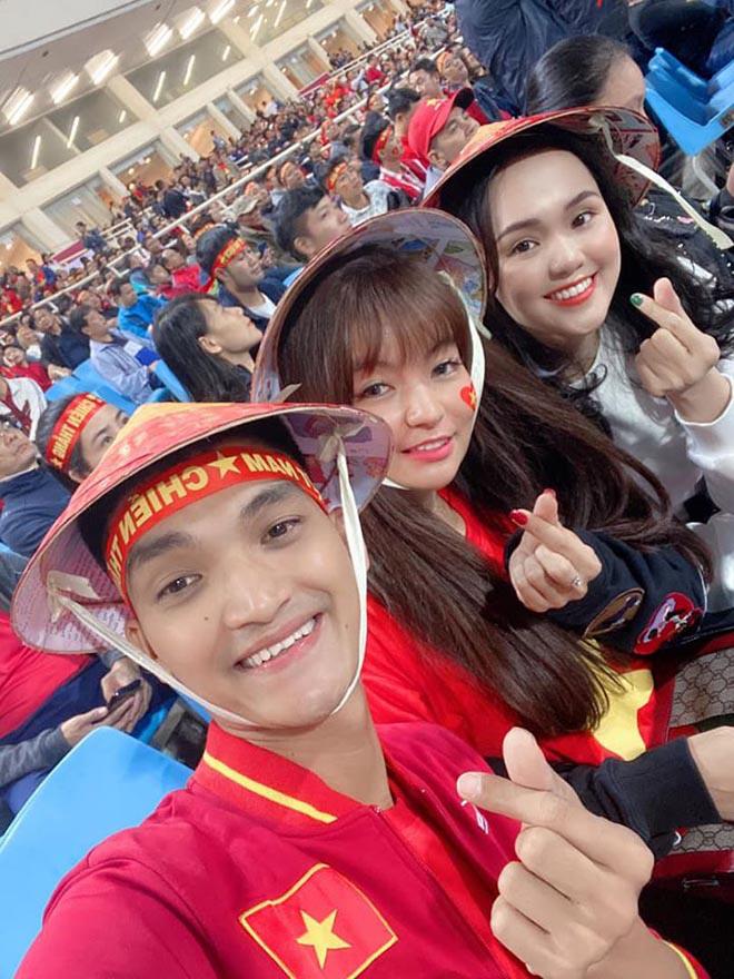Bạn gái hot girl của Mạc Văn Khoa phấn khích khi đứng cạnh Lâm Tây, Quang Hải - Ảnh 1.