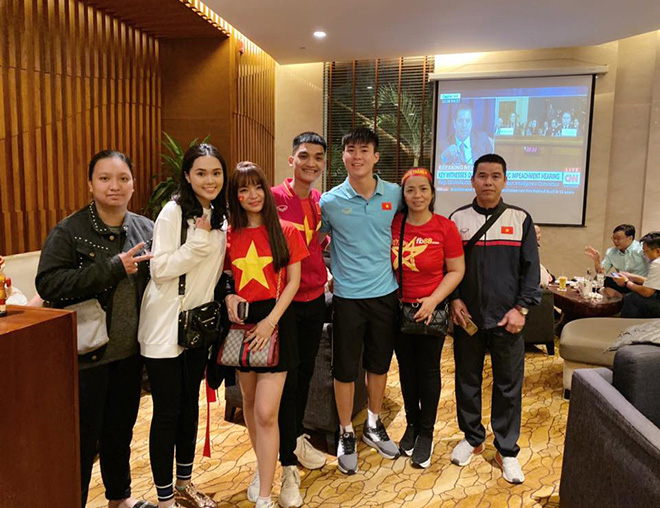 Bạn gái hot girl của Mạc Văn Khoa phấn khích khi đứng cạnh Lâm Tây, Quang Hải - Ảnh 2.
