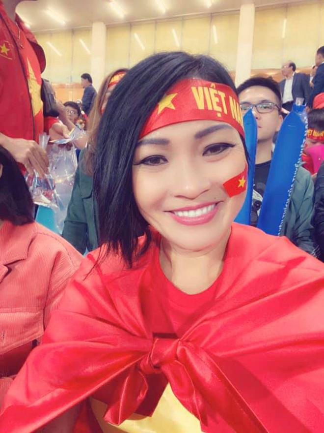 Bạn gái hot girl của Mạc Văn Khoa phấn khích khi đứng cạnh Lâm Tây, Quang Hải - Ảnh 7.
