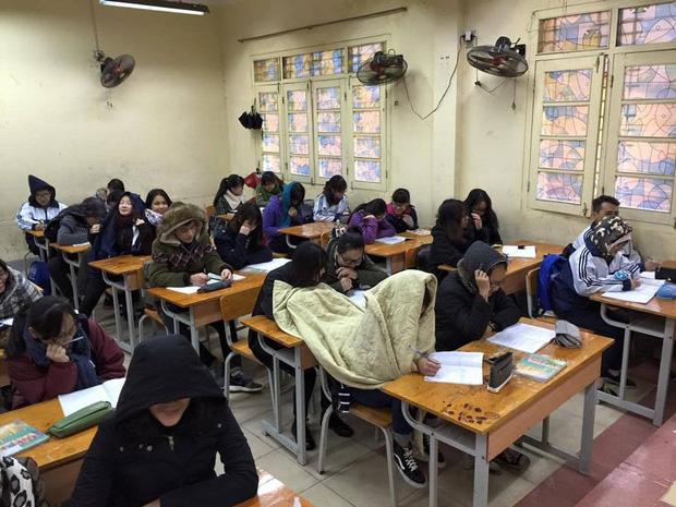Thời tiết mới trở lạnh, học trò thi nhau quấn chăn đi học, đúng kiểu mùa đông là quá lạnh để xa... chăn - Ảnh 2.
