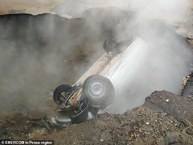 Hình ảnh từ hiện trường cho thấy thi thể 2 nạn nhân được cần cẩu nâng lên từ hố nước 75 độ cùng xác chiếc xe hơi Lada Largeus.