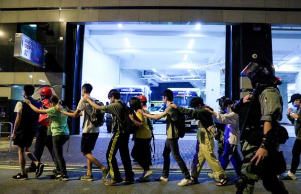 [VIDEO] Tai nạn khi ném bom xăng vào cảnh sát, người biểu tình Hồng Kông làm quân mình bốc cháy - Ảnh 3.