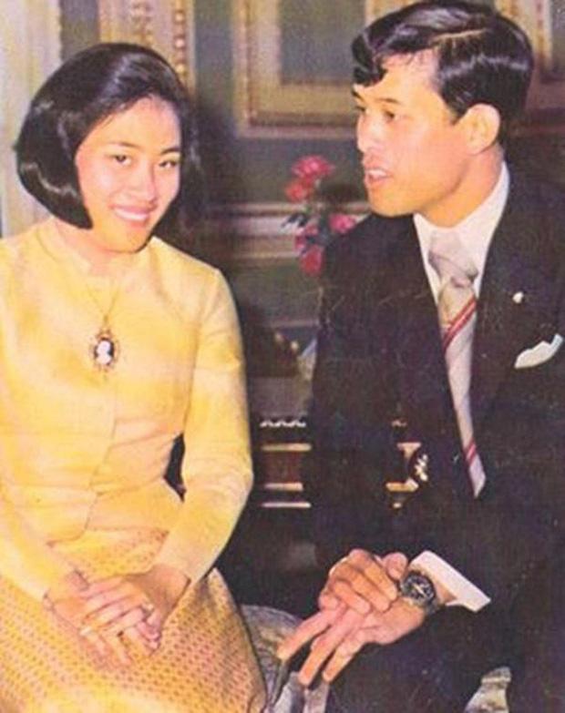 Vợ đầu của Quốc vương Thái Lan: Bị ly hôn trong phũ phàng nhưng là người có cái kết viên mãn nhất, nhìn cuộc sống hiện tại ai cũng phải ngưỡng mộ - Ảnh 2.